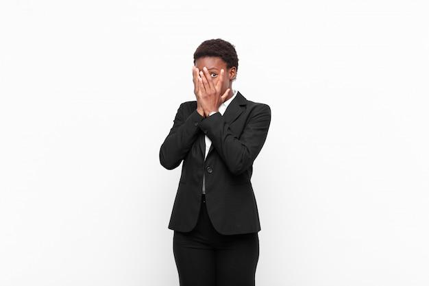 Uczucie przerażenia lub zawstydzenia, zerkanie lub szpiegowanie z oczami na wpół zakrytymi rękami
