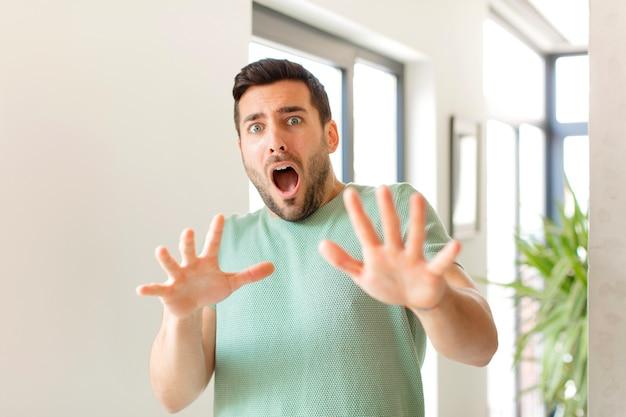 Uczucie przerażenia, wycofywanie się i krzyczenie z przerażenia i paniki, reagowanie na koszmar