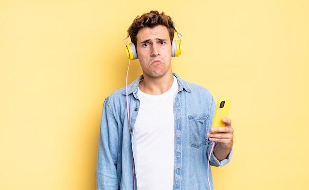 Uczucie smutku i płaczu z nieszczęśliwym spojrzeniem, płacz z negatywnym i sfrustrowanym nastawieniem. koncepcja słuchawek i smartfona