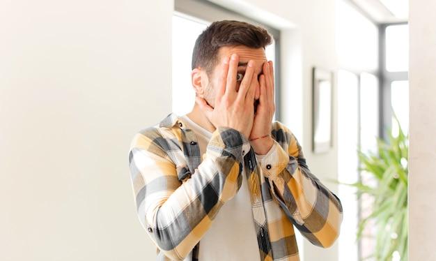 Uczucie strachu lub zakłopotania, zerkanie lub podglądanie z oczami na wpół zakrytymi rękami