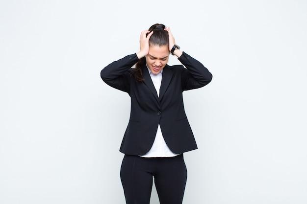 Uczucie stresu i frustracji, podnoszenie rąk do głowy, zmęczenie, nieszczęście i migrena