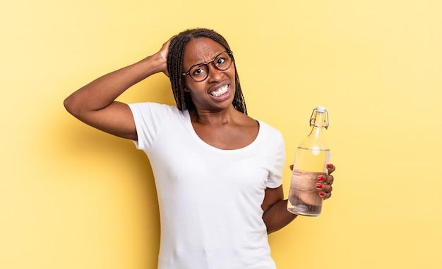 Uczucie stresu, zmartwienia, niepokoju lub strachu, z rękami na głowie, panika z powodu błędu. koncepcja butelki z wodą