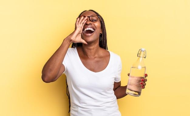 Uczucie szczęścia, podekscytowania i pozytywnego nastawienia, wydawanie wielkiego okrzyku z rękami przy ustach, wołanie. koncepcja butelki z wodą