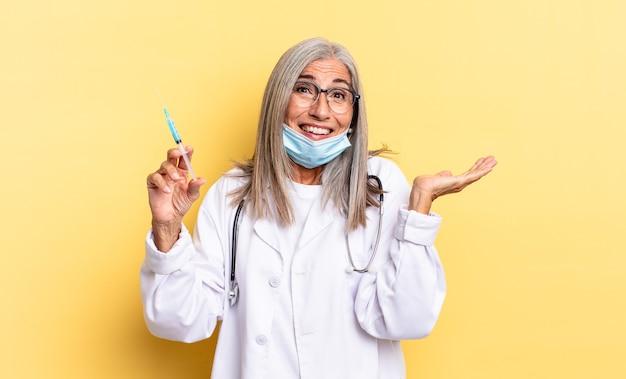 Uczucie szczęścia, podekscytowania, zaskoczenia lub szoku, uśmiechu i zdumienia czymś niewiarygodnym. koncepcja lekarza i szczepionki