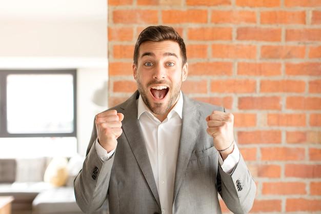 Uczucie szoku, podekscytowania i szczęścia, śmiechu i świętowania sukcesu, mówiącego wow!
