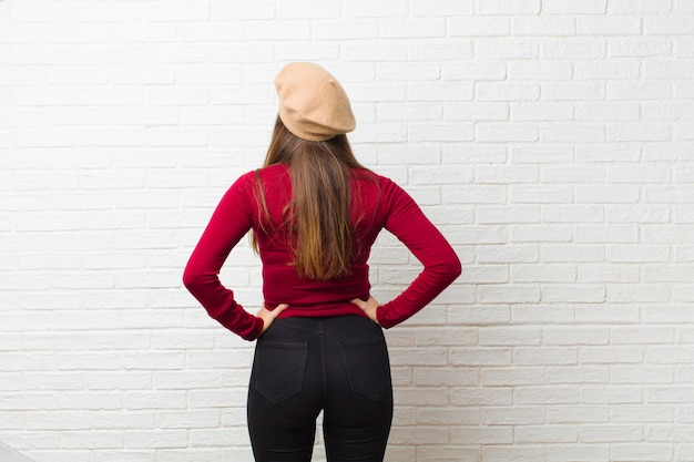 Uczucie zdezorientowania lub pełne lub wątpliwości i pytania, zastanawianie się, z rękami na biodrach, widok z tyłu