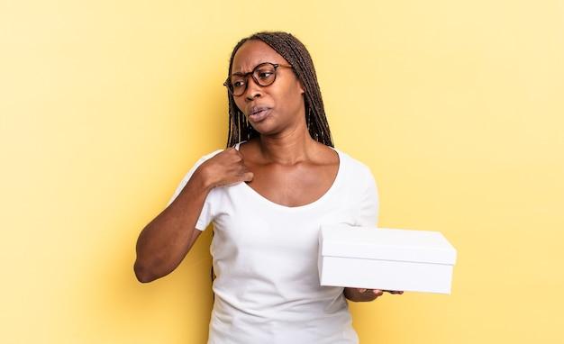 Uczucie zestresowania, niepokoju, zmęczenia i frustracji, ciągnięcie za koszulkę, wyglądanie na sfrustrowanego problemem i trzymanie pustego pudełka