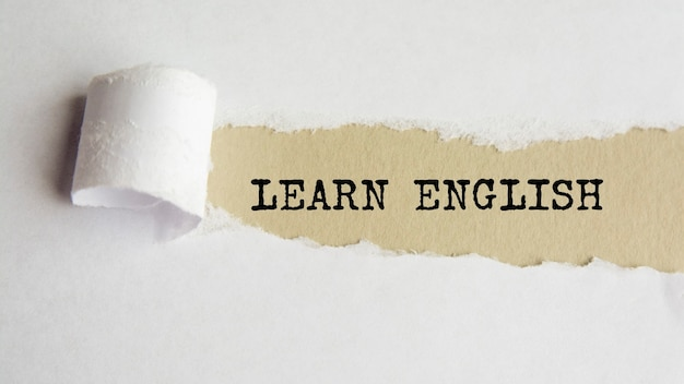 Uczyć się angielskiego. słowa. tekst na szarym papierze na tle rozdarty papier.