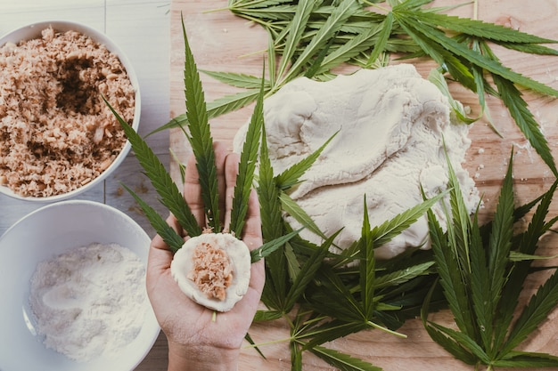Uczyń słodycze za pomocą liści marihuany jako komponent.