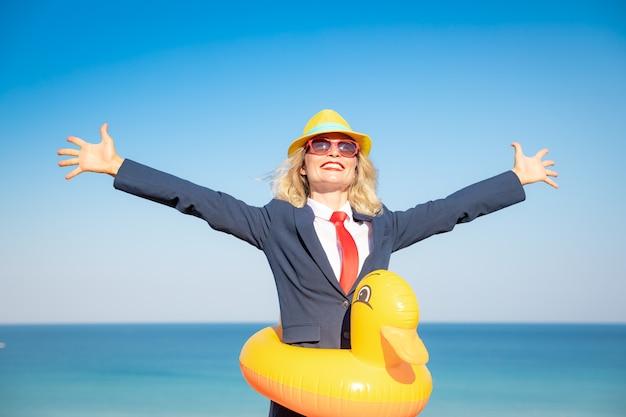 Udana Bizneswoman Bawi Się Na Plaży Młoda Kobieta Na Tle Morza I Nieba Premium Zdjęcia