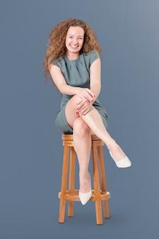 Udana bizneswoman siedząca na drewnianym stołku praca i kampania kariery