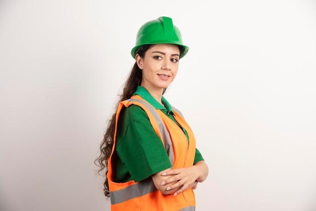 Udana kobieta w hardhat nosi mundur. zdjęcie wysokiej jakości