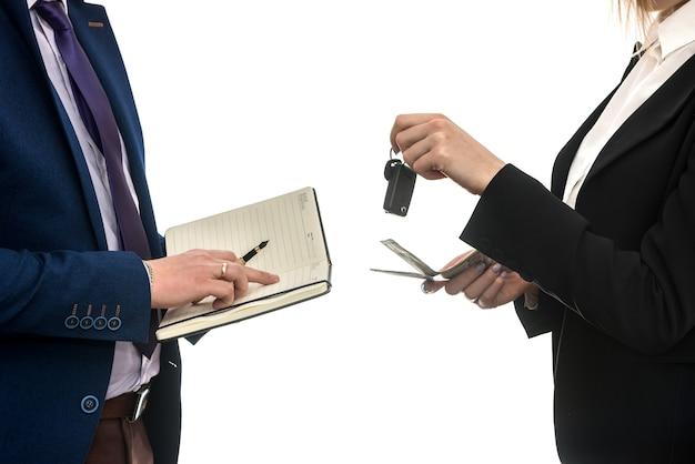 Udana transakcja biznesowa między partnerami w zakresie sprzedaży samochodów na białym tle. dolar. koncepcja finansowa.