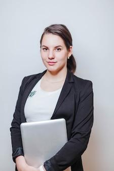 Udane kobiety stojącej z laptopem