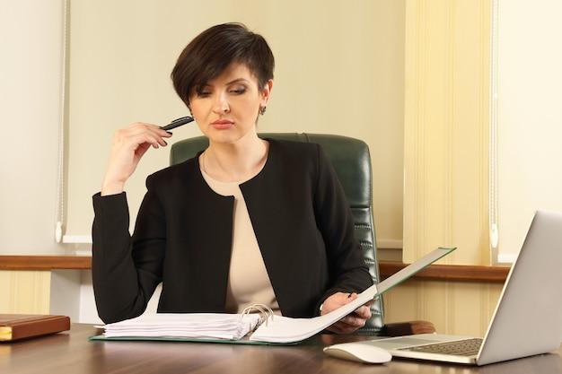 Udany biznes kobieta w biurze