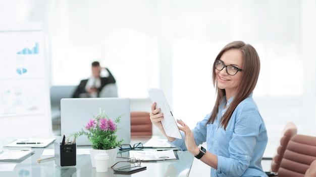 Udany biznes kobieta w miejscu pracy w office.photo z miejsca na kopię