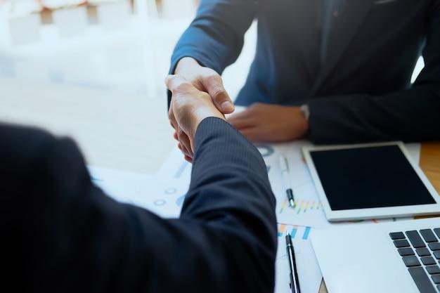Udany biznes peolple handshaking po dobrej roboty.