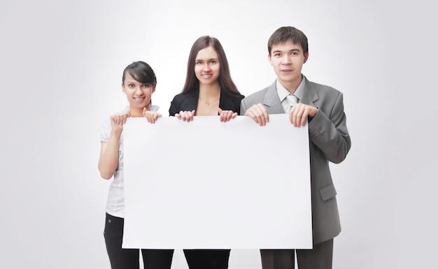 Udany biznes zespół trzyma pusty transparent. na białym tle