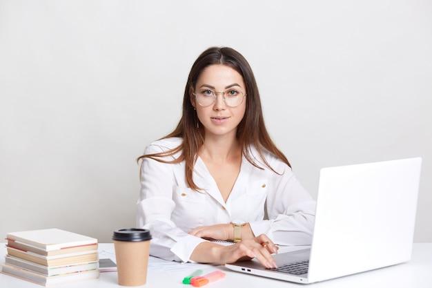 Udany copywriter zajęty pracą z laptopem