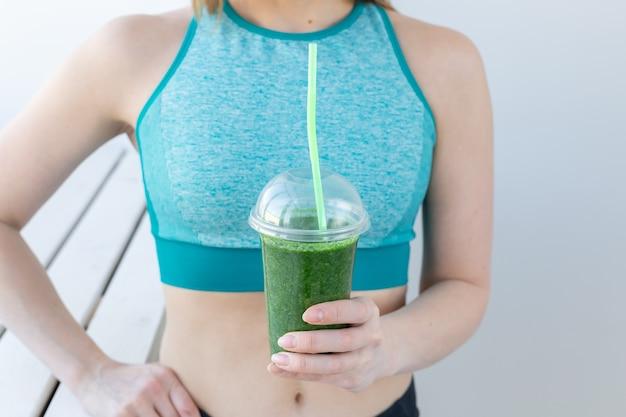 Udany fitness miejski kobieta pije koktajl detox