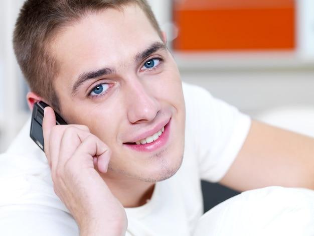 Udany mężczyzna dzwoni przez telefon