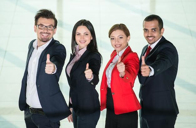 Udany międzynarodowy zespół ludzi biznesu.