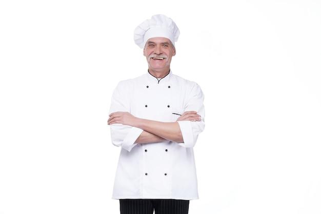 Udany starszy kucharz skrzyżował ramiona