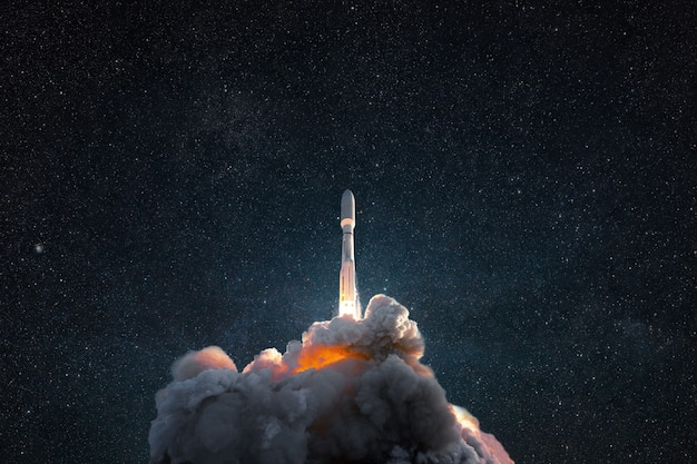 Udany start rakiety w kosmos. statek kosmiczny z dymem i podmuchem unosi się w gwiaździste niebo. kosmiczna tapeta