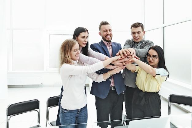 Udany zespół biznesowy budujący wieżę z rąk. koncepcja pracy zespołowej
