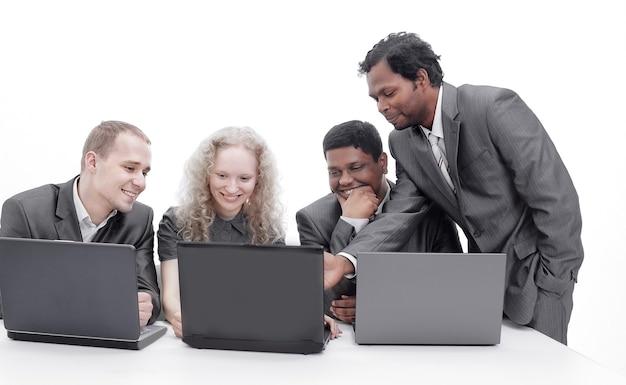 Udany zespół biznesowy omawiający informacje z la