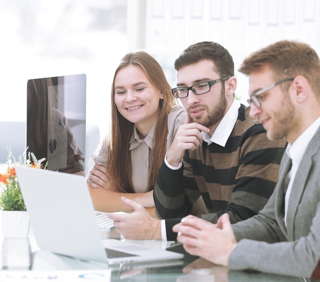 Udany zespół biznesowy siedzi przy biurku