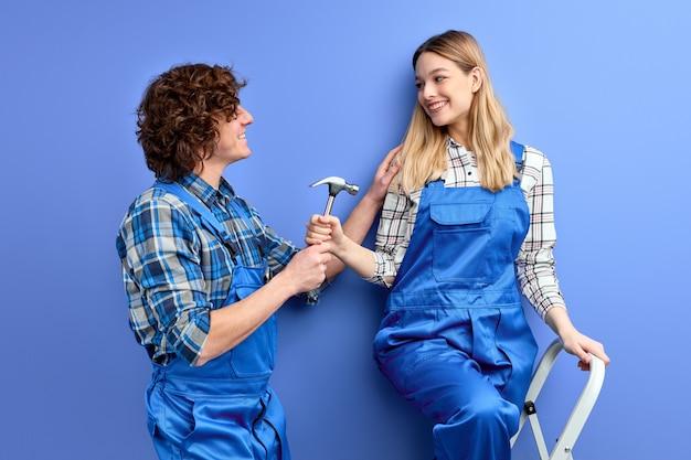 Udany zespół młodych, ciężko pracujących techników pracujących razem przy użyciu narzędzi