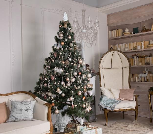 Udekorowana choinka w ekskluzywnym wnętrzu salonu z klasycznymi meblami w stylu vintage