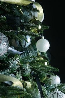 Udekorowana choinka. wesołych świąt!
