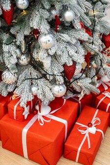 Udekorowana sala bożonarodzeniowa z pięknymi lampkami jodłowymi