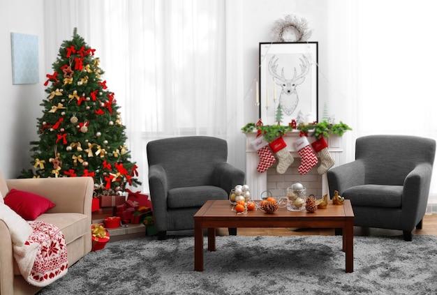 Udekorowany pokój świąteczny z piękną jodłą