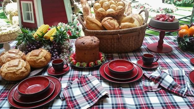 Udekorowany stół na przyjęcie wigilijne.