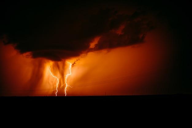 Uderzenie pioruna w ciemne pochmurne niebo.