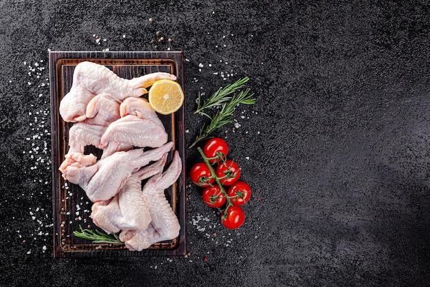 Udka kurczaka leżą na drewnianej desce