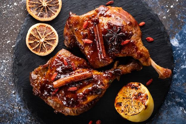 Udka z kaczki z ryżem i jagodami goji. tradycyjna kuchnia francuska. widok z góry.