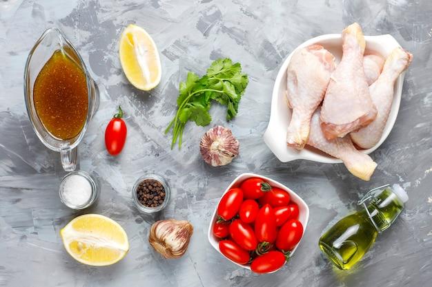 Udka z kurczaka z przyprawami i solą gotowe do gotowania.