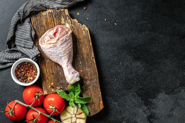 Udko kurczaka surowe mięso skóry kości brojlerów świeży kawałek gotowy do spożycia na stole