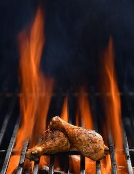 Udko z kurczaka z grilla na płonącym grillu