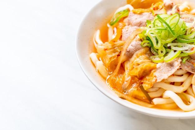 Udon makaron z wieprzowiną i kimchi