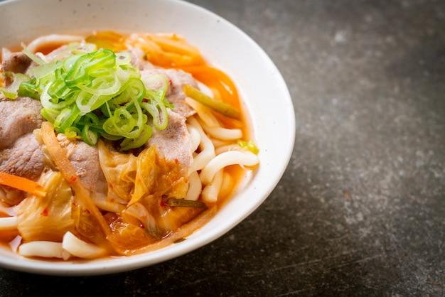 Udon ramen makaron z wieprzowiną i kimchi