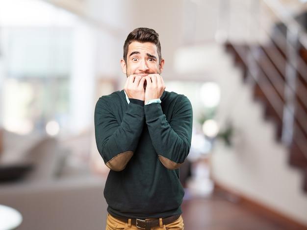 Udręczony człowiek gryząc paznokcie