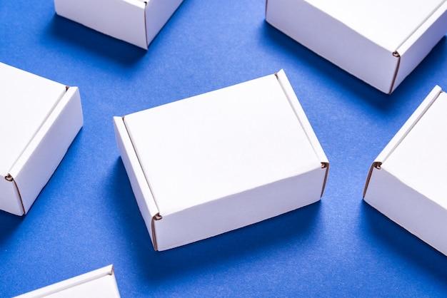 Udział kwadratowy karton boksuje na błękitnym tle