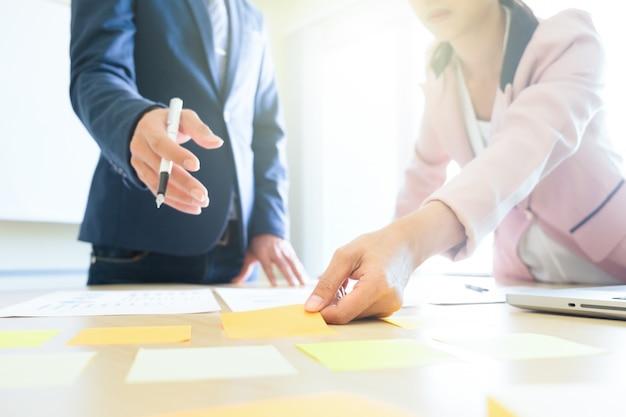 Udział w biznesie i planing strategii brainstroming koncepcji