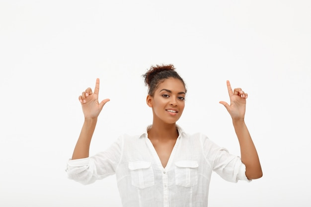 Ufna afroamerykańska kobieta wskazuje up