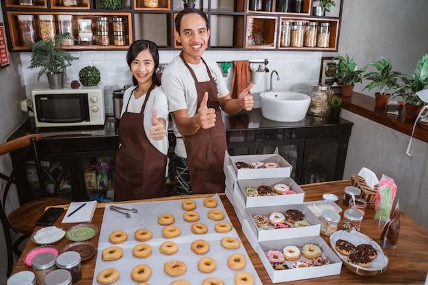 Ufna azjatycka para w kuchni